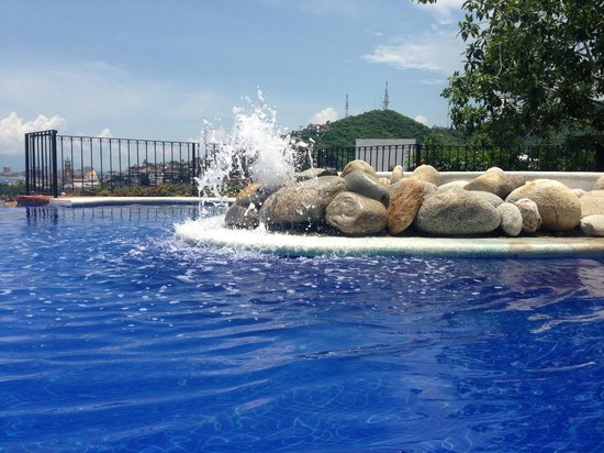 Selva Romantica: Pool fountain