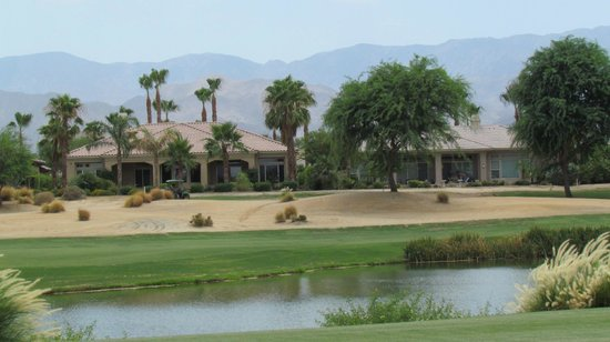 La Quinta, Californien: Houses lining course