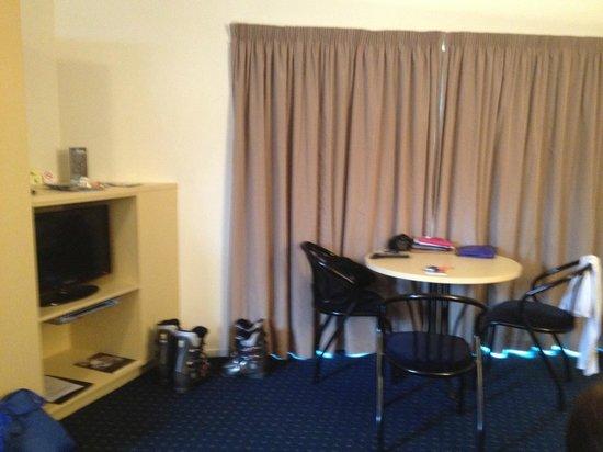 Blue Peaks Lodge: living room, dinning table