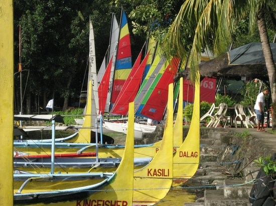 Talisay, Filippijnen: Hobie cats form the backdrop to the bows of the Volcano Trip boats.