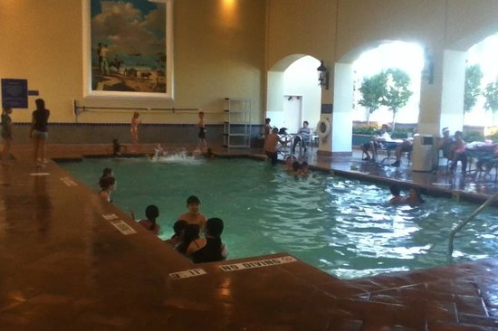 Embassy Suites by Hilton Milpitas Silicon Valley: Loud Pool Area