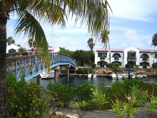 Plaza Resort Bonaire: Bridge to rooms