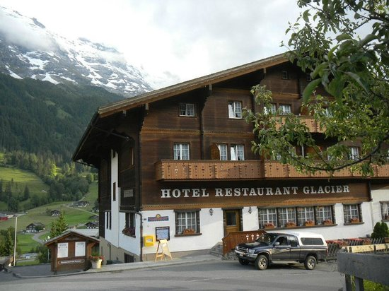 Hotel Glacier: Front of the hotel
