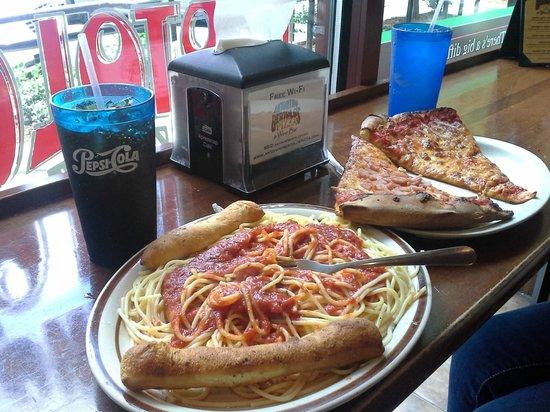 Antonino Bertolo's Pizza and Wine Bar: Spaghetti & pizza at the window bar