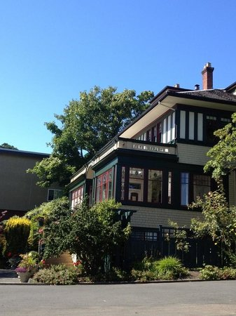 Beaconsfield Inn: A beautiful day at The Beaconsfield, Victoria B.C.