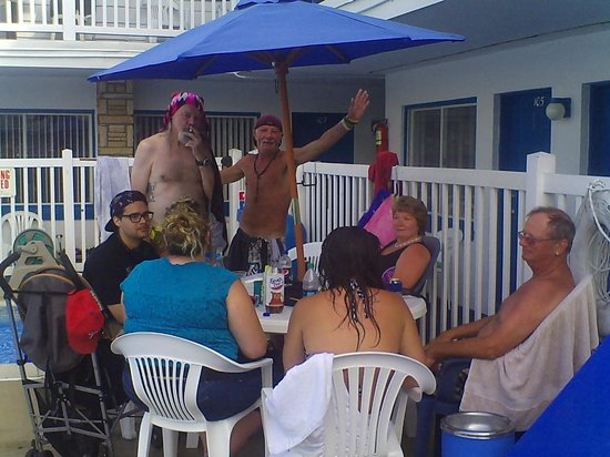 Surf Haven Motel: Family & friends hanging out poolside