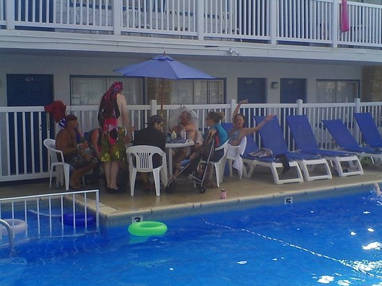 Surf Haven Motel : Hanging out at the pool area