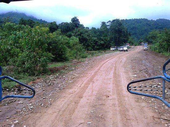 Kaeng Nyui Waterfalll: Dirt road