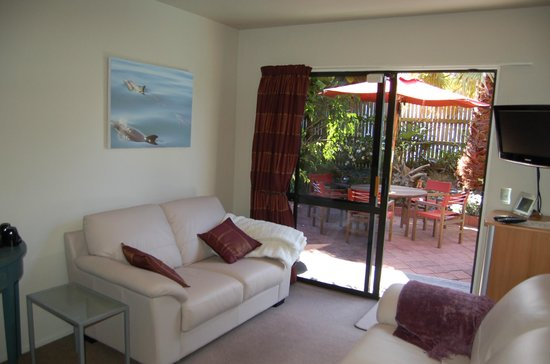 Harbour View Lodge: Guest Lounge with tv, dvd, music and fridge