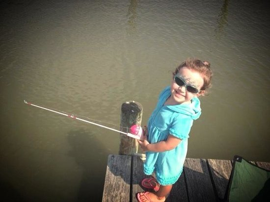 Bethpage Camp-Resort: Fishing off the pier at bethpage