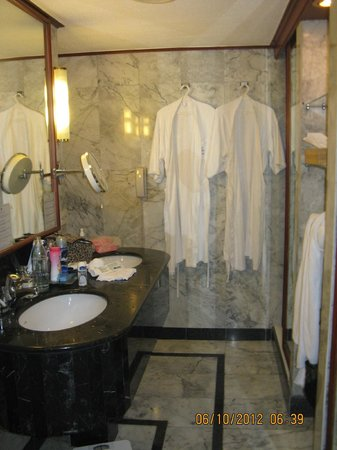 Royal Cliff Grand Hotel: bathroom (2 sinks)