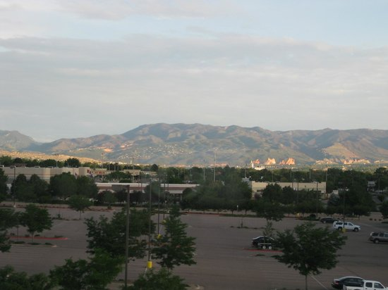 Hampton Inn & Suites Colorado Springs/I-25 South: view of mtns from room