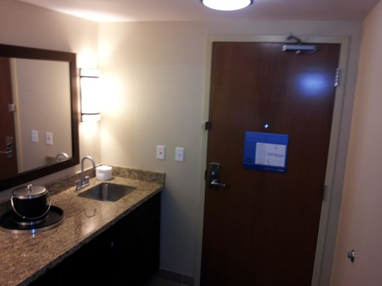 Hampton Inn & Suites Boulder - North : Wet bar