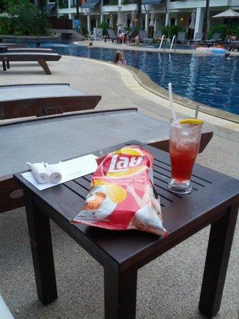 Swissotel Resort Phuket Kamala Beach : happy hour at the pool
