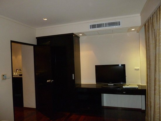 Swissotel Resort Phuket Kamala Beach : bedroom has another tv