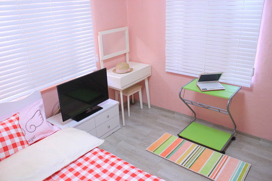 K-POP Starz House: Guest Room