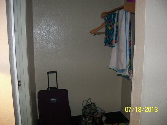 Econo Lodge Inn & Suites: Closet Area