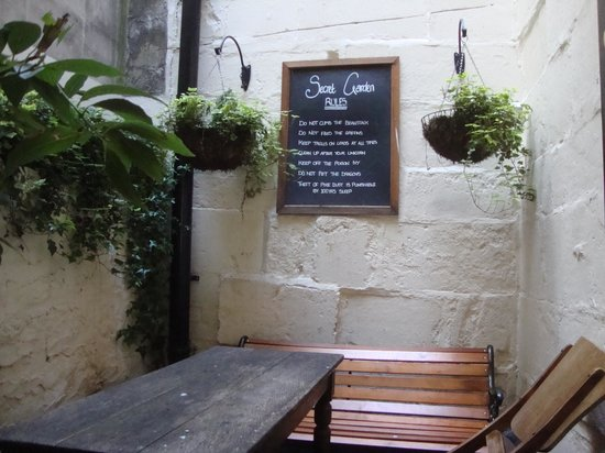 The Griffin Inn: Open air common seating off pub
