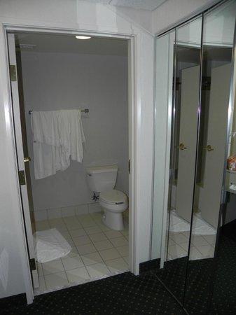 Courtyard Wausau : Bathroom with tub/shower
