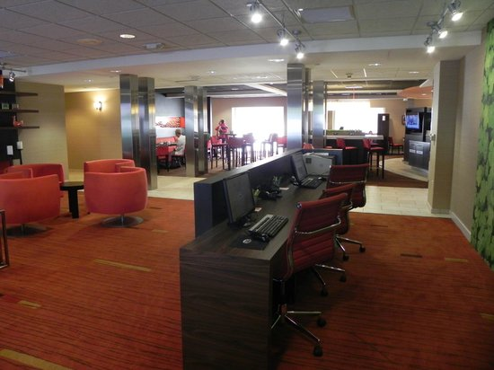 Courtyard Wausau: Tastefully done business center/restaurant