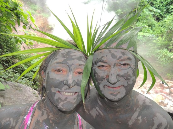 Issys Tours Costa Rica: Wearing mud and palm crowns.