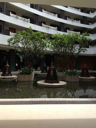 Millennium Resort Patong Phuket: Front lobby atrium