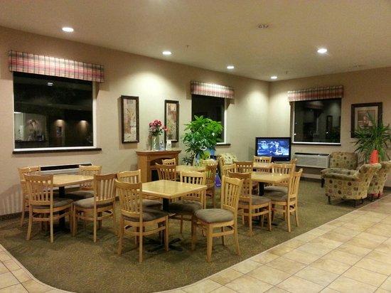 Super 8 Woodburn: breakfast area