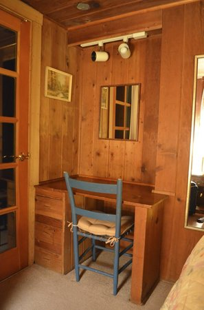 Cedarwood Lodge: Nice little study in the bedroom