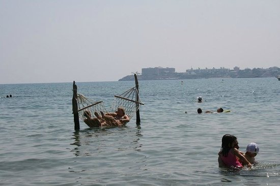 Escape Beach Club: Hängematten im Meer