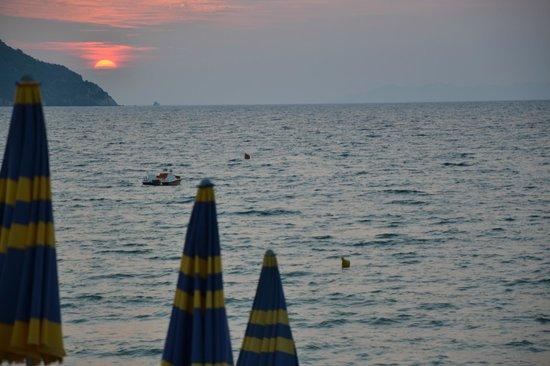 Ristorante Sapore di Mare: Tramonto sul mare ripreso durante la cena a luglio
