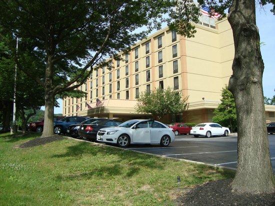 Best Western Plus Towson Baltimore North Hotel & Suites: Aussenansicht mit Parkplätzen