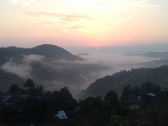 Maesalong Mountain Home: พระอาทิตย์ลับขอบฟ้า..