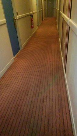 Amarante Cannes Hotel: La moquette du couloir est sale, tachée et franchement vieillissante.