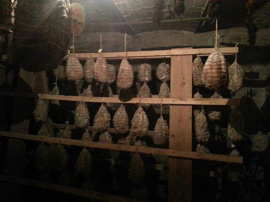 Trattoria Osteria di Fornio: la cantina con il culatello