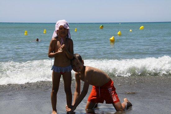 Atalaya Park Hotel : дети на пляже