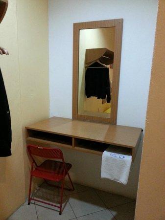 Holiday Dive Inn: basic room