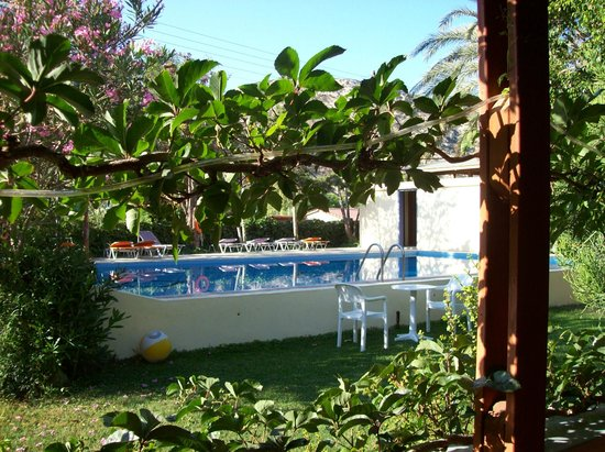 Hotel Neos Matala: vista della piscina dal portico esterno
