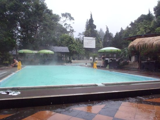Sari Ater Hotel: The main swimming pool in the hotel complex during some rain