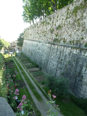 La Città Alta: Town wall on approach from the lower town