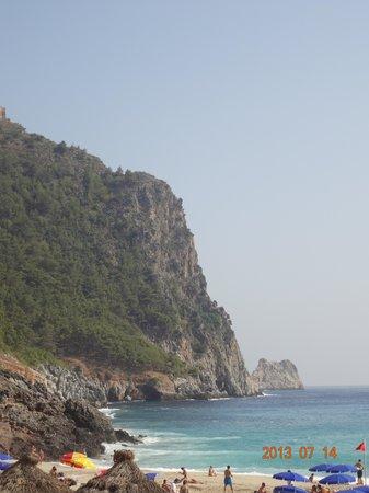 вид на крепость Алании (сельджукская) с пляжа Клеопатры возле пещеры