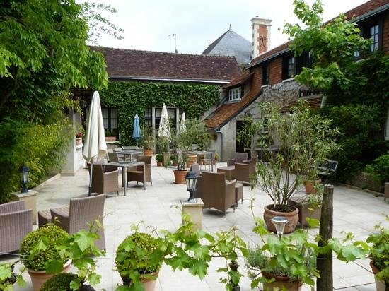 Auberge du Bon Laboureur : inner court yard