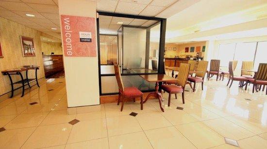Comfort Inn & Suites: Business Center / Breakfast Area