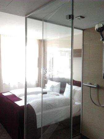 Fleming's Hotel Frankfurt Main-Riverside: душевая кабина в центре номера
