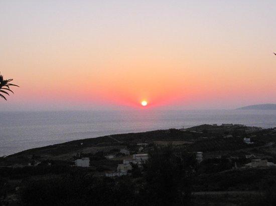 Happy Cretan Suites: восход на территории отеля