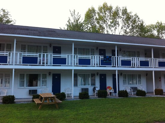 Americas Best Value Inn & Cottages: Rooms from outside