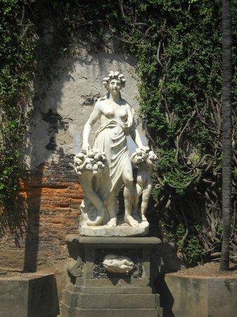 Museo Nazionale di Palazzo Mansi : Statua nel giardinetto di Palazzo Mansi