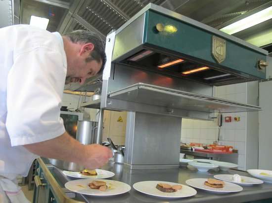 Manoir de la Roseraie : Le Chef en action!