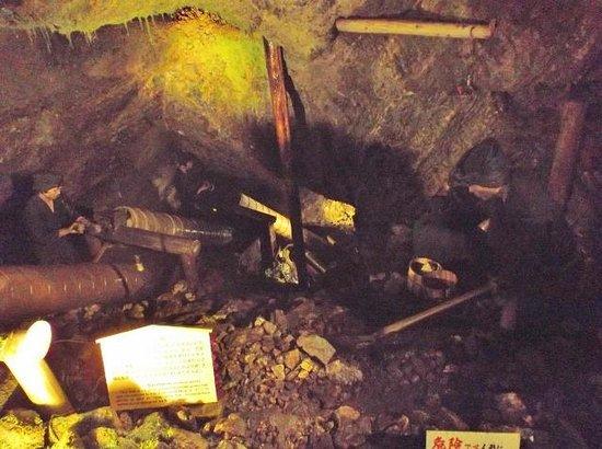 Historic Relic Sado Gold Mine: 鉱山内の採掘風景展示