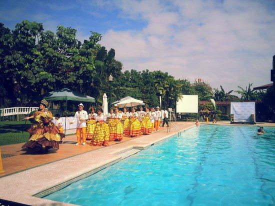 Montebello Villa Hotel: In-house Sinulog Parade going around the Pool