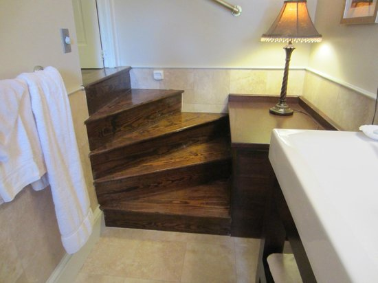 Kent Manor Inn: Spiraling stair leading to bathroom room 308